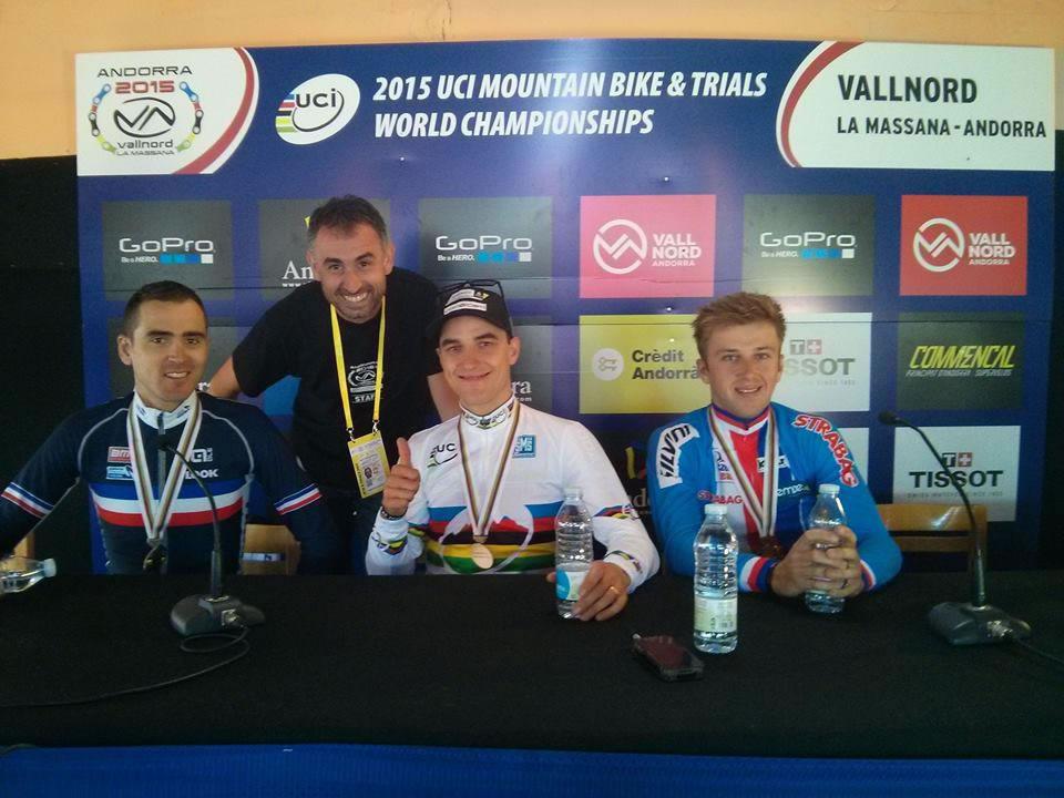 Eduard Aguilera con algunos de los mejores corredores de XC