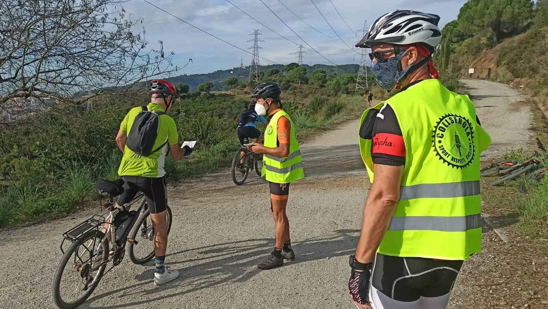 Voluntarios de CSRC informando a los ciclistas que montan en Collserola