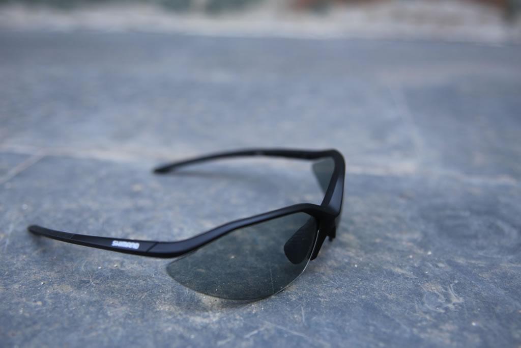 b018f8b067 Las lentes de las gafas Shimano S52R se pueden cambiar fácilmente  flexionando un poco la montura.