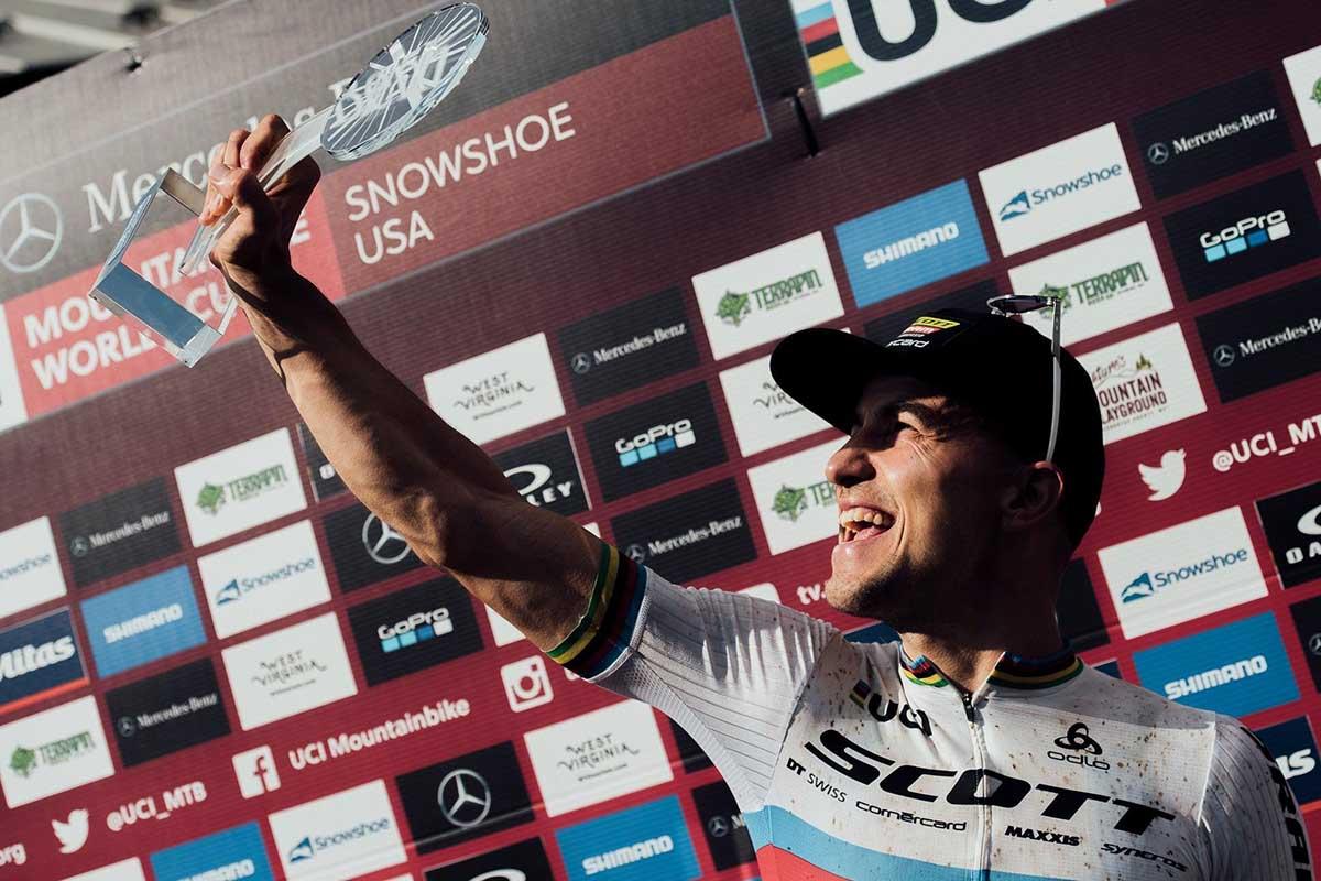 Nino Schurter en Snowshoe después de ganar el Globo de Cristal